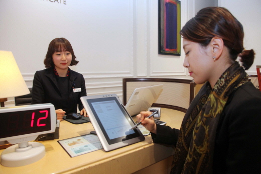 신세계가 지난 1일부터 고객 서비스시설의 모든 고객정보 접수, 관리를 전자문서화하고 고객 서명도 태블릿 모니터를 통해 전자서명을 받는다. /사진제공=신세계백화점