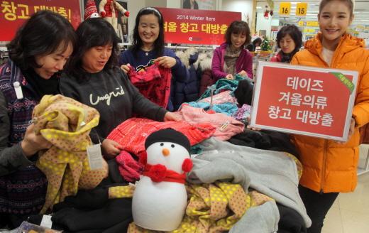 3일 오전 서울시 성동구에 위치한 이마트 성수점 겨울의류 대방출행사에서 주부들이 겨울 의류를 고르고 있다. /사진제공=이마트