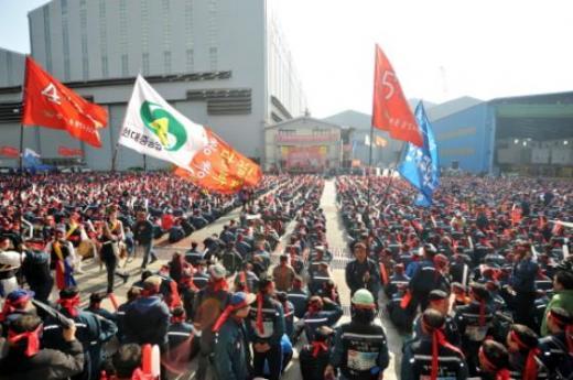 현대중공업 노조가 지난달 27일 오후 울산 현대중공업 노조사무실 앞 광장에서 파업 출정식을 갖고 있다./사진=뉴스1
