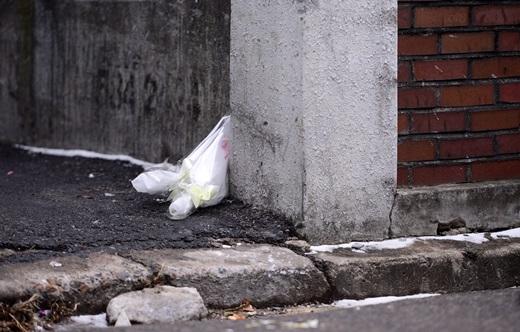 23일 오후 인천 남동구 간석동 모 빌라 앞에 조화가 놓여져 있다. 전날 여행용 가방에서 시신이 발견된 장소이다. /사진=뉴스1