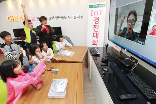 KT기가 사랑방에서 신안군 임자도 어린이들이 사물인터넷 창의교육을 받고 있다. /사진=머니투데이 DB