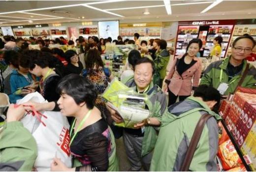 포상여행은 회사에서 여행경비를 부담하는 만큼, 참가자의 쇼핑 씀씀이가 더 큰 편이다. 면세점 쇼핑을 즐기고 있는 '포상 유커' 모습