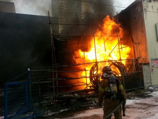 지난 23일 오후 3시21분께 울산 남구 삼산 공구월드 인근 볼트 관련 자재업체 단아금속에서 불이 나 119 소방대원이 진화작업을 하고 있는 모습이다. /사진=뉴스1