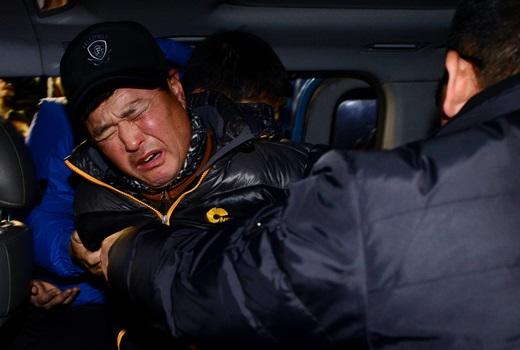 경찰에 검거된 '가방 속 할머니 시신' 용의자 정형근이 지난 29일 밤 서울 중구 중부경찰서에서 인천남동경찰서로 이송되고 있다. /사진=뉴스1