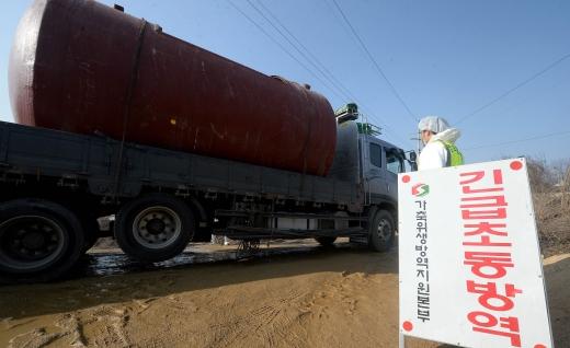 30일 오전 구제역 확진 판정이 나온 경기도 이천의 한 돼지 농가에서 방역당국 관계자들이 살처분한 돼지의 매몰 작업에 나서고 있다. /사진=뉴스1