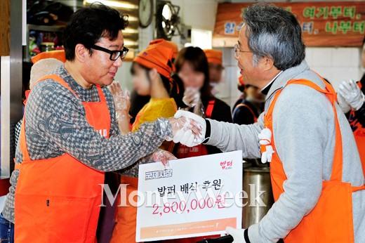 [MW사진] 국제시장 윤제균 감독, 밥퍼 후원금 전달