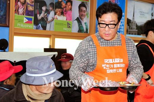 [MW사진] 국제시장 윤제균 감독, '어르신 식사 나왔습니다'