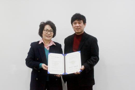 ▲㈜크리에이티브통(대표이사 강우석)과 서울디자인고(교장 양계순)는 30일 서울 종로구 인사동에 위치한 크리에이티브통 본사에서 산학협력 협약을 체결했다. 강우석(오른쪽) 대표이사와 양계순 교장이 기념촬영을 하고 있다.
