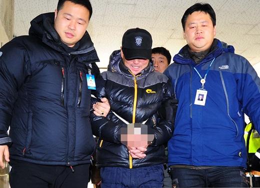 31일 오전 '여행가방 속 시신' 할머니 살해 피의자 정형근이 현장검증을 위해 인천 남동구 간석동 자신의 오피스텔로 들어서고 있다. /사진=뉴스1