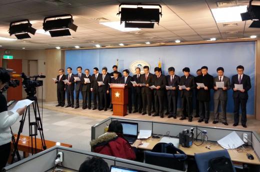 9일 오전 국회 정론관에서 전국 국공립대학 총장들이 기성회회계 대체입법을 촉구하는 호소문을 읽고 있다.