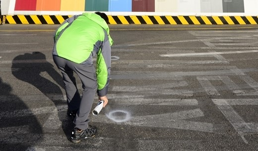 지난 8일 서울 송파구 제2롯데월드 앞 도로에서 동부도로사업소 관계자가 도로침하 표시를 하고 있다. /사진=뉴스1