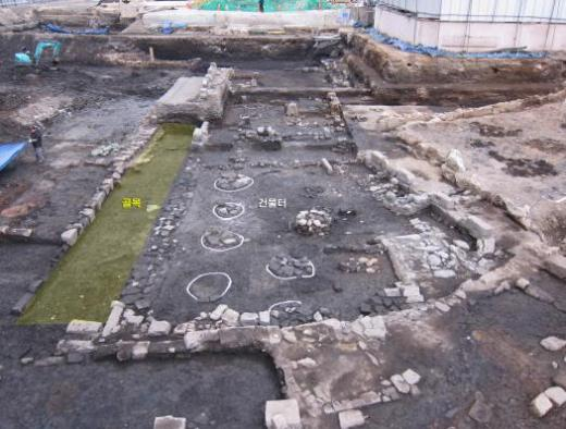 ▲공평동 500년전 골목길 발굴(조선 시대 골목과 건물터 전경(16세기))