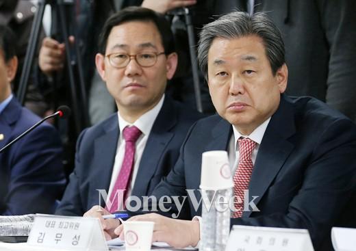 [MW사진] 학부모 발언 경청하는 새누리당 김무성 대표