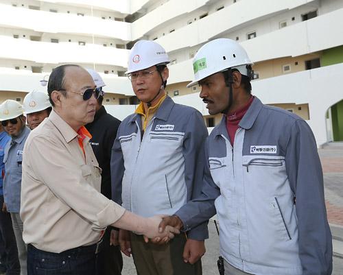 김승연 한화그룹 회장이 이라크 건설현장에서 협력업체 근로자를 격려하고 있다. /사진제공=한화그룹