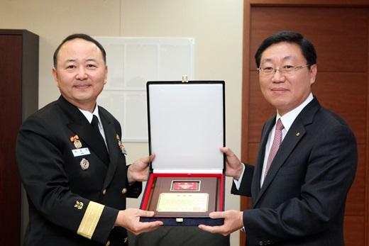 나재철 대신증권 대표이사(오른쪽)가 김영석 해군 1함대 부사령관(해군준장, 왼쪽)에게 감사패를 전달받고 있다. /사진=대신증권 제공