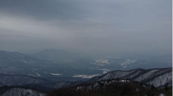 가운데 오른쪽, 희미하게 보이는 스키장 슬로프가 마치 하늘과 맞닿아 있는 듯하다.