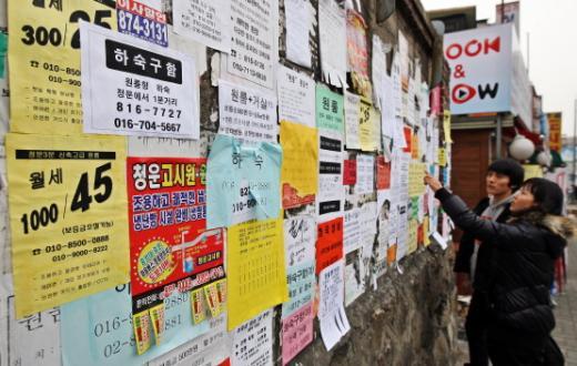 자취방을 구하는 대학생이 벽에 붙어있는 원룸과 하숙집 전단지들을 살펴보고 있다. /사진=머니투데이DB
