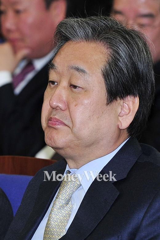 [MW사진] 새누리 원내대표 경선, 발언 듣는 김무성 대표