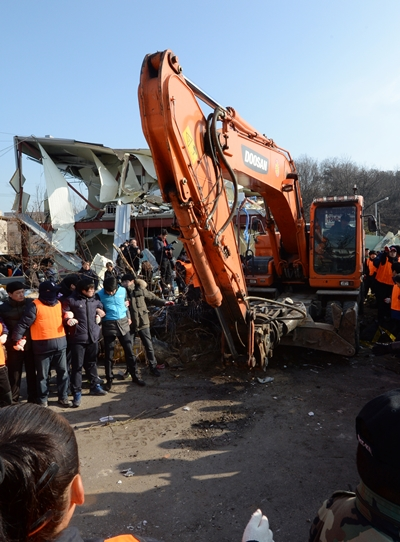 6일 서울 강남구 개포동 구룡마을 주민자치회관에서 건물을 철거하던 포크레인이 법원의 행정대집행 잠정 중단 결정이 내려지자 철수하고 있다.  /사진=뉴스1