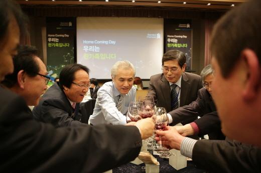 지난 5일 서울 종로구 스탠다드차타드은행 본점에서 개최된 '홈커밍데이'(Home Coming Day) 행사에서 박종복 한국스탠다드차타드은행장(가운데)이 퇴직 직원들과 함께 건배를 하고 있다. 사진제공=한국스탠다드차타드은행