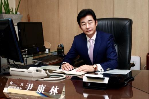 ▲유아용품안전협회 초대 회장으로 선출된 ㈜YKBnC 윤강림 대표이사(제공=YKBnC)