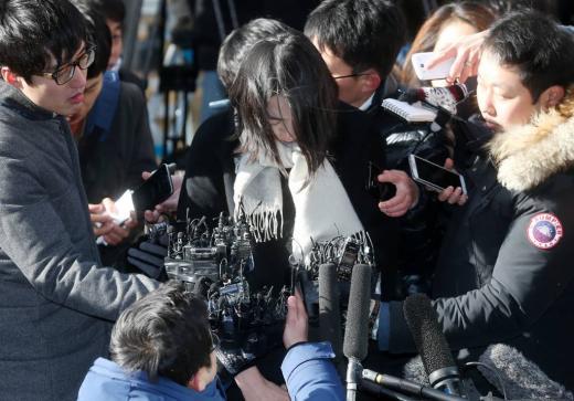 '땅콩리턴' 사건으로 물의를 빚은 조현아 전 대한항공 부사장이 피의자신분조사를 받기 위해 17일 오후 서울 서부지방검찰청으로 출두하고 있다.