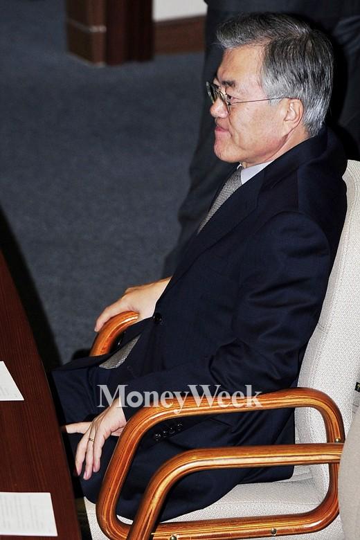 [MW사진] 김영란법 표결안, '생각에 잠긴 새정치 문재인 대표'