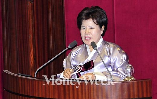 [MW사진] 김영란법 국회 본회의 처리, 한복 입은 박윤옥 의원