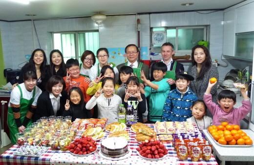 지난 4일 서울 강북꾸러기지역아동센터에서 '2015 꿈을 향한 징검다리 프로젝트'에 참여한 BNP파리바 임직원 봉사자 및 관계자들이 단체사진을 촬영하고 있다. /사진제공=BNP파리바
