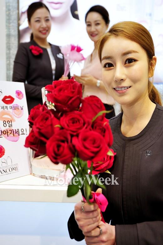 [MW사진] 세계 여성의 날, 꽃 받아 가세요