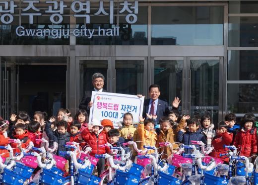 중흥건설 정원주 사장, 광주시에 유아·청소년 자전거 100대 전달