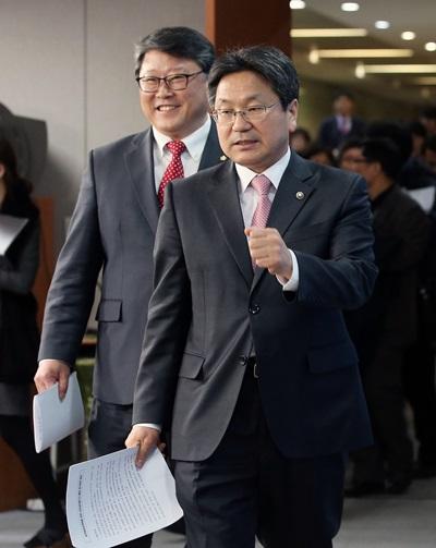 '공무원연금 개혁' 국민대타협기구 조원진·강기정 공동위원장(왼쪽부터)이 중간 활동 결과를 발표하기 위해 입장하고 있다. /사진=뉴스1