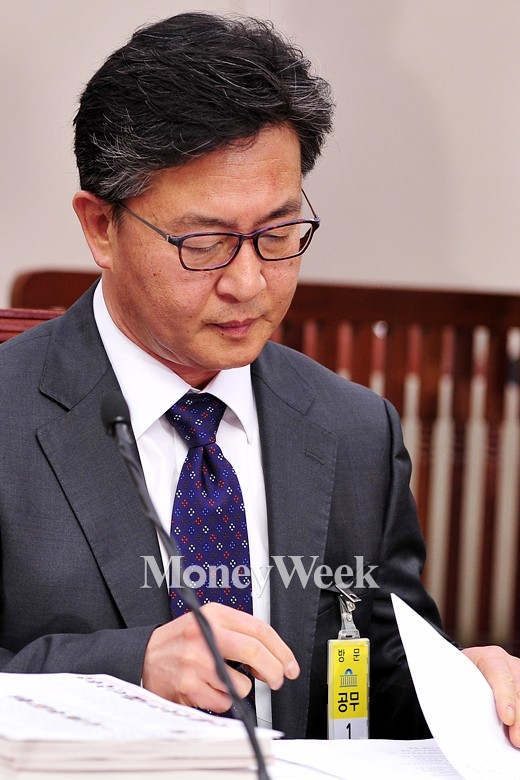 [MW사진] 국회 통일부장관 인사청문회, 자료 훑는 홍용표 후보