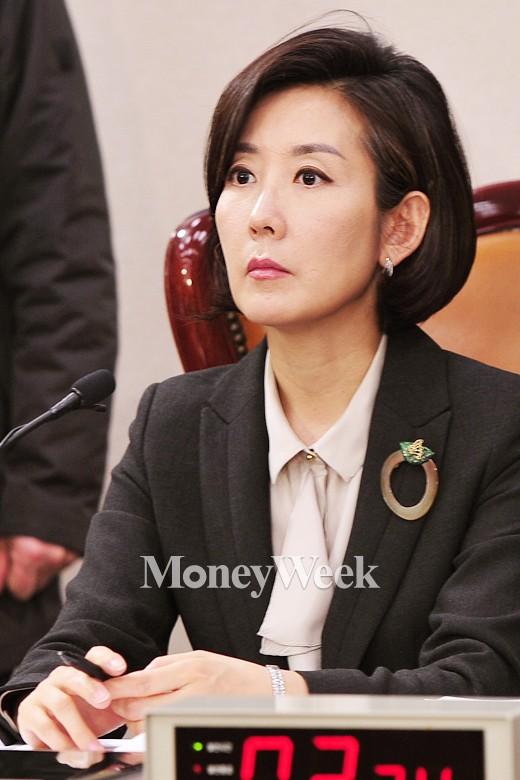 [MW사진] 홍용표 후보의 답변 듣는 나경원 위원장