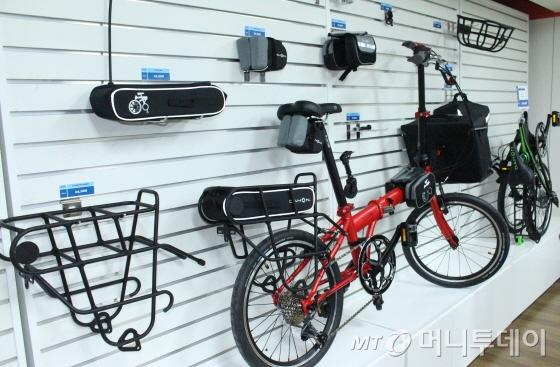 다혼 '스피드 D8'(Speed D8)과 다양한 자전거 용품들/사진=박정웅 기자