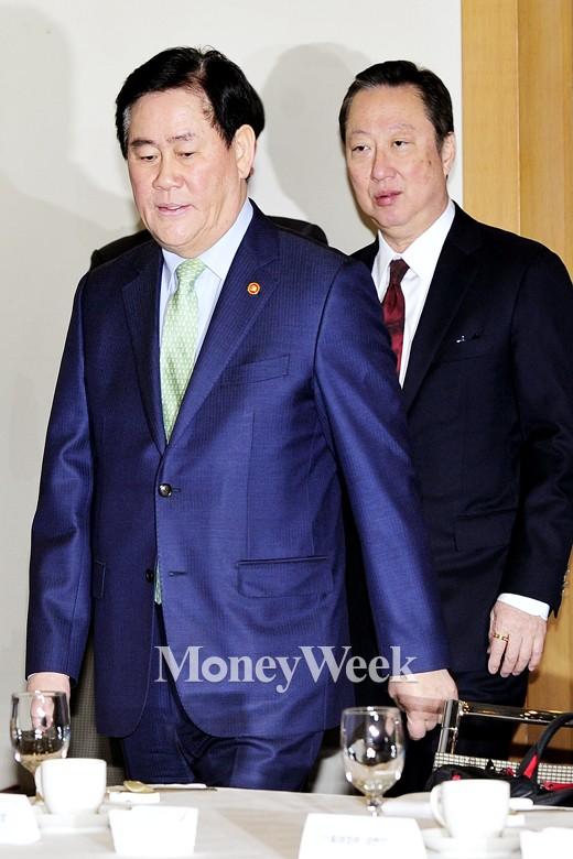 (왼쪽부터) 최경환 경제부총리, 박용만 대한상공회의소회장