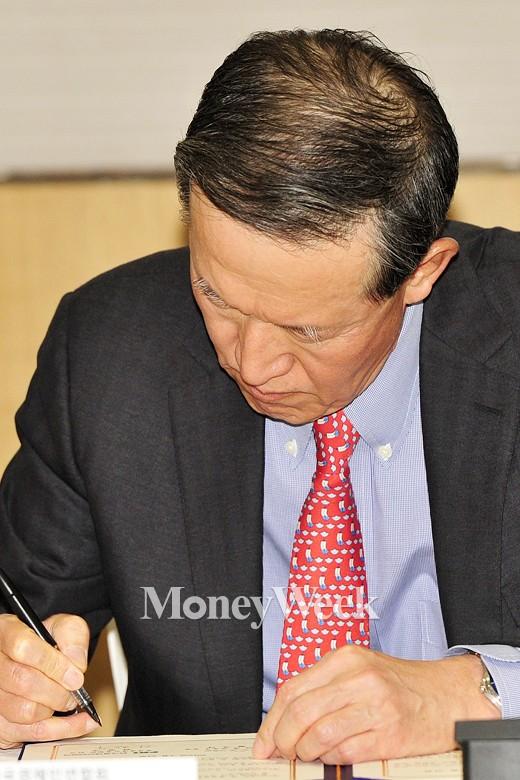 [MW사진] 업무협약 체결하는 허창수 전경련 회장