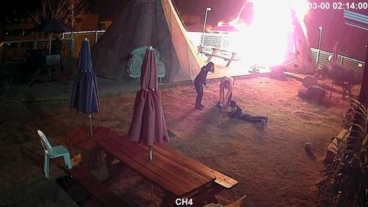 '인천 강화도 캠핑장 화재' 당시 CCTV에 찍힌 모습에서 글램핑 텐트가 화염에 휩싸였다. /사진=뉴스1
