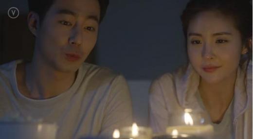 [영상] 불 꺼진 거실의 조인성과 이비안, 무슨일이?…SNS드라마 2화 공개