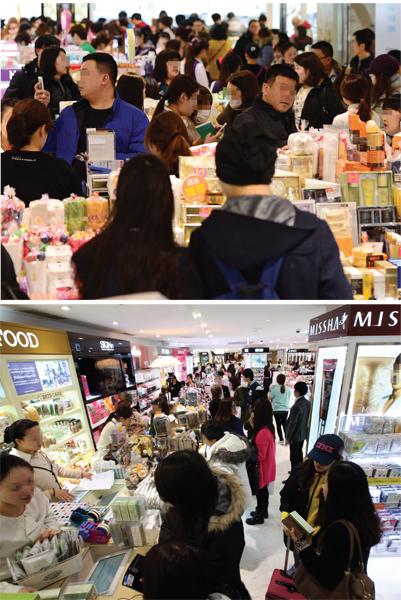 중국관광객들로 붐비는 서울 시내 한 면세점. /사진=뉴스1 박세연 기자