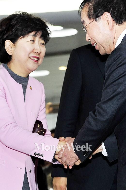 [MW사진] 박인숙 의원과 인사하는 박원순 시장