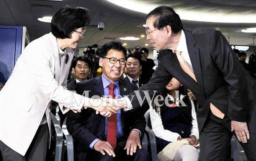 [MW사진] 신연희 구청장과 악수하는 박원순 시장