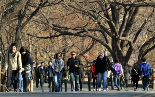 서울 남산을 찾은 시민들이 봄 햇살을 맞으며 산책을 즐기고 있다/ 사진=머니투데이DB