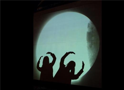 지난해 10월 8일 개기월식관측회 행사장 실시간 개기월식 영상상영 스크린 앞에서 청소년들이 익살스러운 모습으로 사진을 찍고 있다. /사진=국립과천과학관