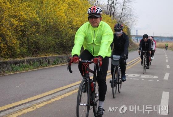 개나리꽃이 만개한 중랑천 자전거도로를 달리는 프랑수아 봉땅 주한 벨기에대사/사진=박정웅 기자