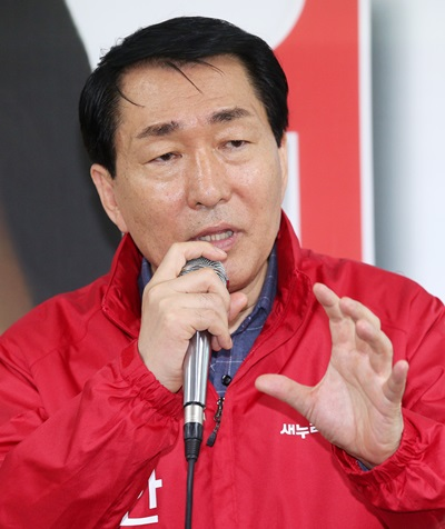 '안상수 여론조사' 인천 서·강화을에 출마한 새누리당 안상수 후보가 지난 2일 인천 서구 마전동에서 열린 선거사무소 개소식에서 포부를 밝히고 있다. /사진=뉴스1
