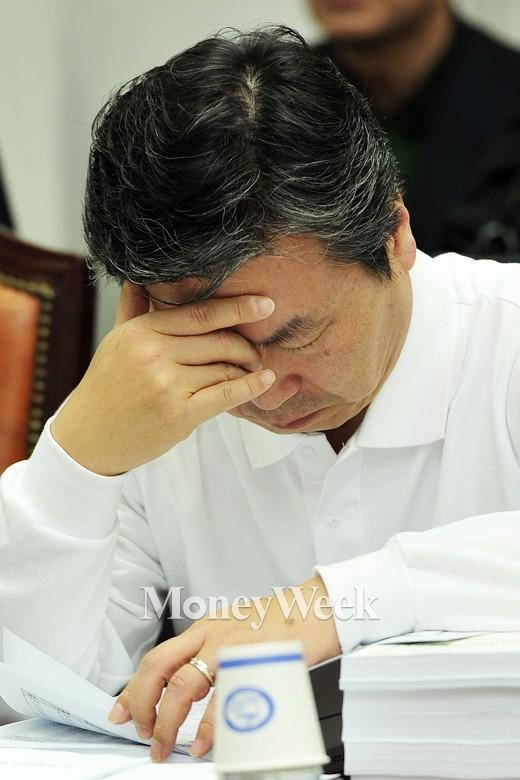 [MW사진] 공무원연금 특위, '고심하는 홍종학 의원'