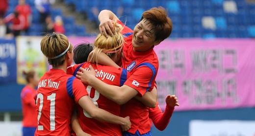 '한국 러시아' 러시아를 상대로 한국 조소현 선수가 선제골을 넣고 선수들과 기뻐하고 있다. /사진=뉴스1