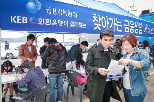KEB외환은행은 지난 12일 화성발안지점에서 금융감독원, 국민연금공단과 공동으로 외국인 고객을 대상으로 '찾아가는 금융상담서비스' 행사를 개최하고 다양한 서비스를 제공했다. /사진제공=KEB외환은행