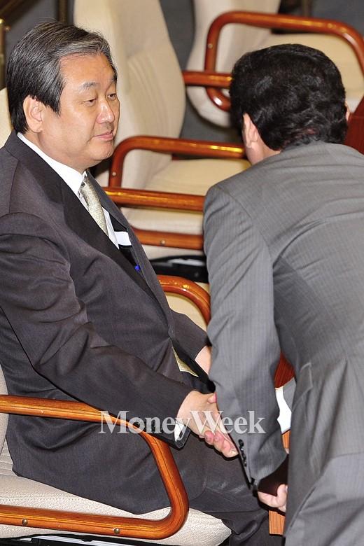 [MW사진] 4월 임시국회, 악수하는 김무성 대표